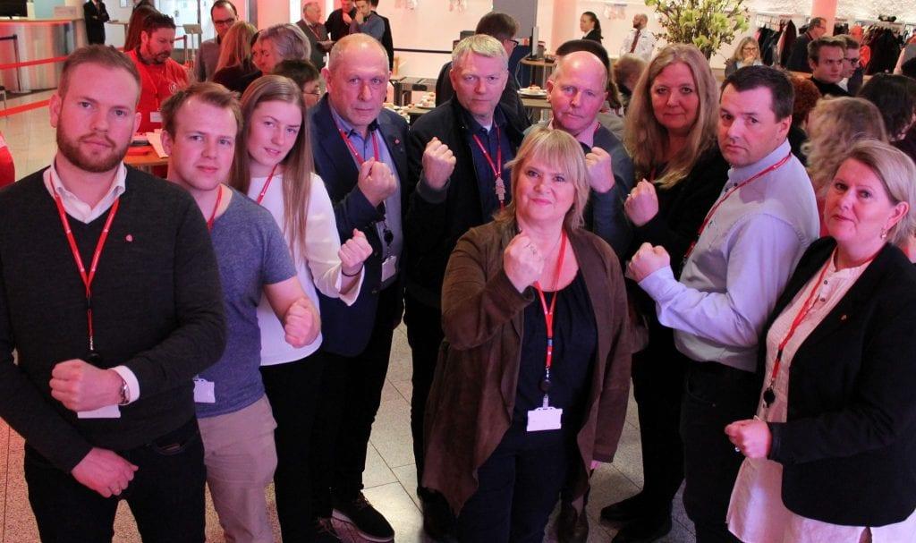 TIL KAMP FOR RØROSBANEN: Arbeiderpartiet og Jernbaneforbundet gjør felles sak for å stanse privatiseringen av driften på Rørosbanen. Fra høyre mot venstre: Aud Riseng (Hamar, ordførerkandidat), Jørn Arild Flatha (Løten, ordførerkandidat), Lillian Skjærvik (Elverum, ordførerkandidat), Arne Hansen (Åmot, partileder), Terje Hoffstad (Stor-Elvdal, ordførerkandidat), Johnny Hagen (Alvdal, ordførerkandidat), Reidun Andrea Rønning (Tynset, partileder), Håvard Sagbakken Saanum (Tolga, partileder) og Isak Veierud Busch (Røros, ordførerkandidat). I midten forbundsleder Jane Sæthre i Norsk Jernbaneforbund.
