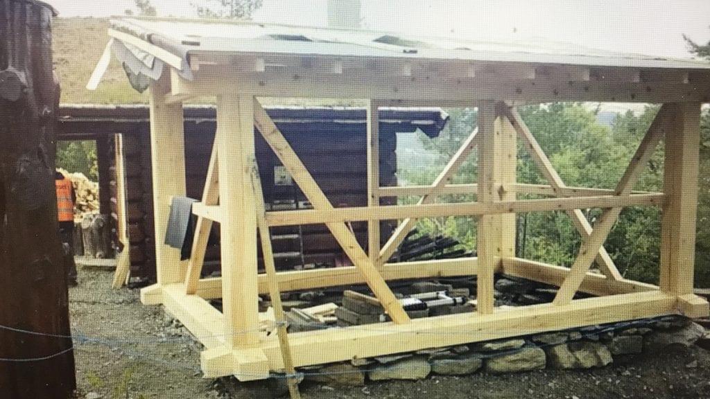 VIL RYDDE OPP: Hytteeier, som har startet arbeidet med å sette opp denne vedbua, vil rydde opp og søker om dispensasjon slik at den kan ferdigstilles. Foto: Skjermdump