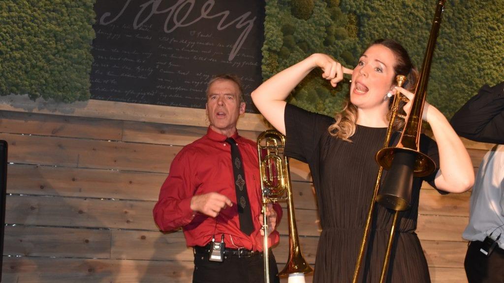 SPILTE GODT: Far Arne Eggen spilte mesterlig sammen med datteren Ingrid Eggen under fredagens premiere på Dyrebare døtre og frittgående fedre. Alle foto: Torstein Sagbakken.