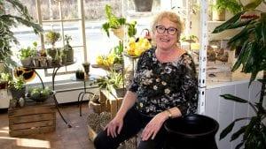SLUTT: Elisabeth Jæger Rusten har stengt døra til Tynset blomsterforretning for siste gang, og gleder seg til nye gjøremål. Foto: Anne Skjøtskift