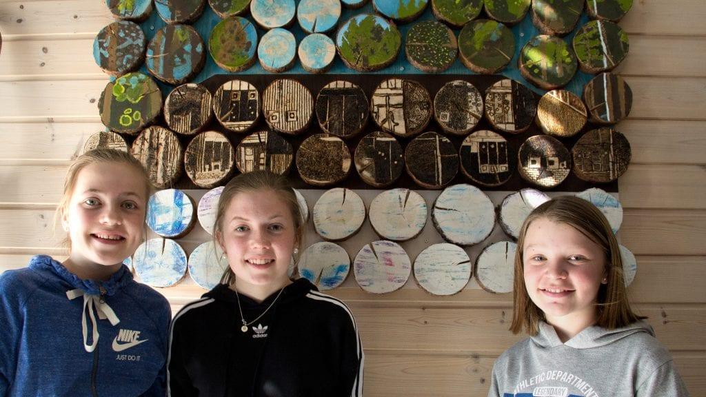 FORNØYDE: Sanna Hektoen (f.v.), Maria Haga Vang Bekken og Ylva Fiskvik er svært fornøyde med kunst-prosjektet de har vært med på. Foto: Anne