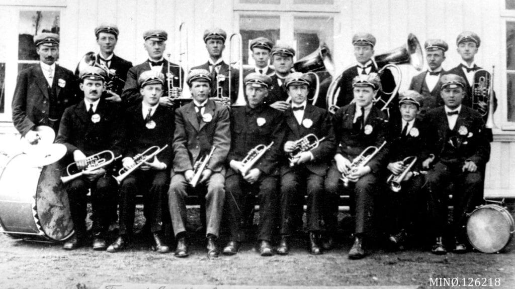 100 ÅR: Tynset janitsjarkorps skal feire 100 års-jubileet sitt 4. mai. Her er korpset fotografert 17. mai 1920. Bildet kommer fra Musea i Nord-Østerdalen, og er sannsynligvis tatt av fotograf Henrik Stinessen.