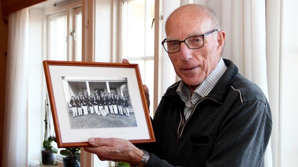 MINNER: - Jeg har mange gode minner fra årene i Tynset janitsjarkorps. Så vidt jeg vet er jeg den eneste på dette bildet fra 1948 som lever nå, forteller Per Oldertrøen. Nederst i artikkelen kan du se bildet av korpset, med navnene til alle musikantene. Foto: Anne Skjøtskift