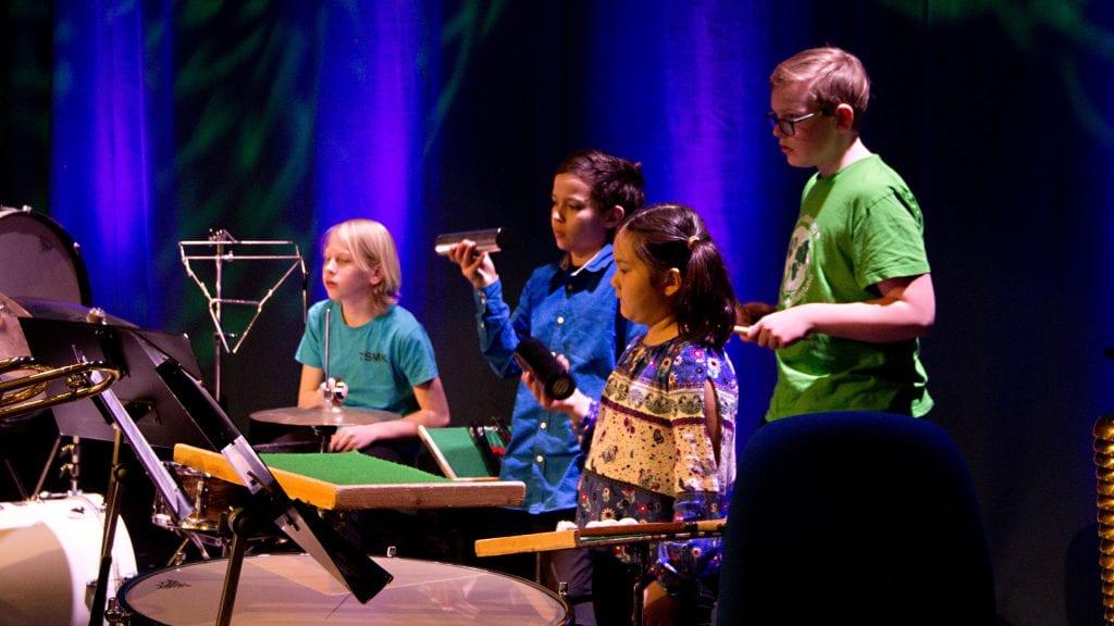 RYTME: Disse fire fra hoved- og juniorkorpset sørget for at rytmen var som den skulle på skolemusikkens vårkonsert. Fra venstre: Kristian Bjerknes, Jon Fausto Holguin Bråten, Emme Hylen og Oddbjørn Lunåsmo. Foto: Anne Skjøtskift