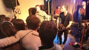 STINN BRAKKE: Det var veldig trangt om de beste plassene da Trang Fødsel hadde sin konsert på Savalkroa. Foto: Jan Kristoffersen