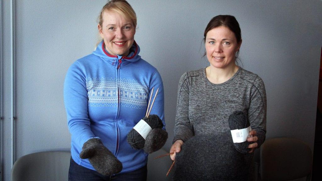 STRIKKEDUGNAD: O-gruppa, her ved Marte Kvittum Tangen (t.v.) og Elisabeth Espeland, dro i gang strikkedugnad for å lage premier til Hovedløpet i orientering. Nå vil de se resultatene! Foto: Anne Skjøtskift