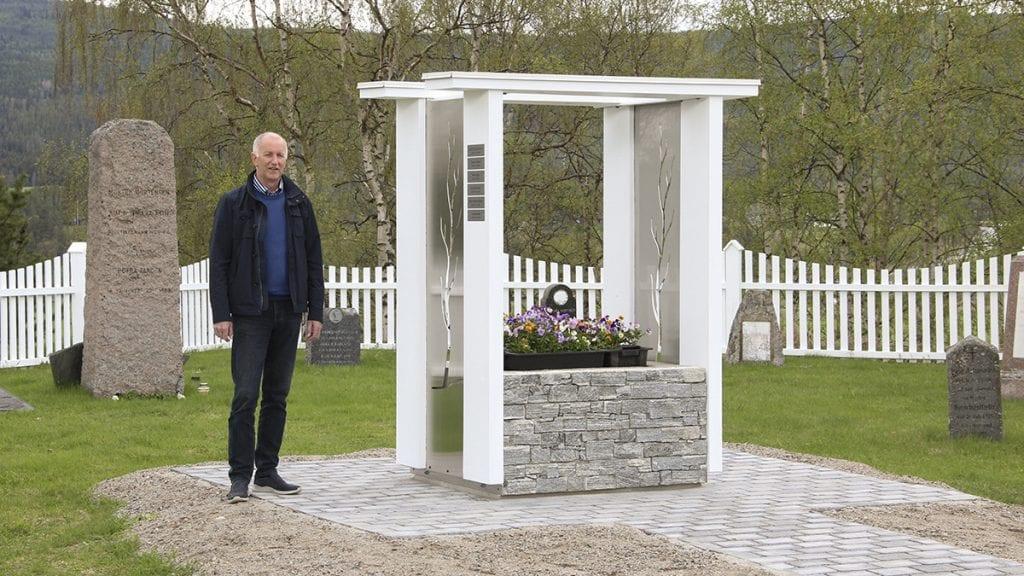 ENDELIG: Svein Borkhus, daglig leder på kirkekontoret, er svært fornøyd med at Tynset endelig får en navnet urnelund. Han sier at mange har ønsket seg dette. De historiske gravstenene i bakgrunnen skal etterhvert flyttes til et annet sted på kirkegården. Foto: Anne Skjøtskift