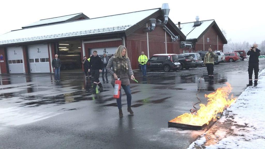 ØVER HELE UKA: I oktober i fjor ble den nye brannstasjonen åpnet av ordfører Merete Myhre Moen. Kommende uke skal tjue av brannmannskapene fra vårt distrikt øve for å opprettholde sin allerede gode kompetanse. Foto: Jan Kristoffersen