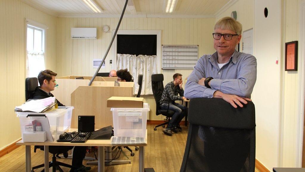 DIGITALISERING: Geir Arne Mælan er arbeidsleder ved Digitaliseringsenheten for Anno Museum, som holder hus på Ramsmoen. Her tar de vare på vår kollektive hukommelse. Foto: Anne Skjøtskift