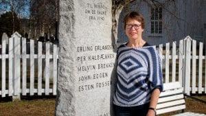 ONKEL: Else Nyheim har et spesielt forhold til denne minnebautaen. Hennes onkel var en av de falne fra april 1940 som har navnet sitt på denne. Foto: Anne Skjøtskift