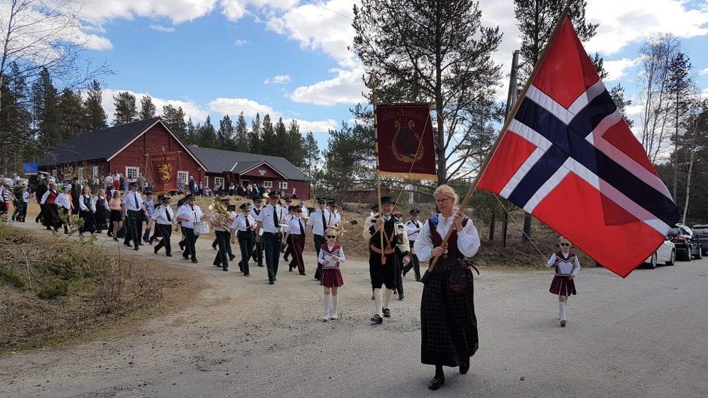 FÅSET: Janniken Strømseng bærer flagget foran Fåsets 17. mai-tog. Foto: Gerd Engebakken