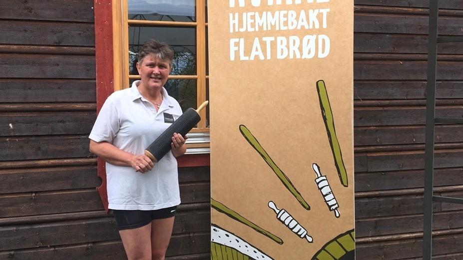 STILLER OPP: Anne Gerd Bobakk Skogstad i Kvikne hjemmebakeri kommer med nystekt flatbrød til spekematfestivalen lørdag. Foto: privat