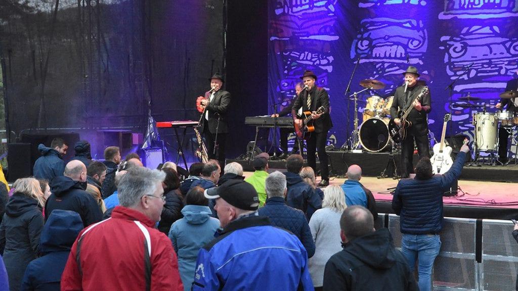 GOD STEMNING: Vazelina Bilopphøggers gjorde sitt på scena, og publikum svarte stjernebandet bra. Foto: Jan Kristoffersen