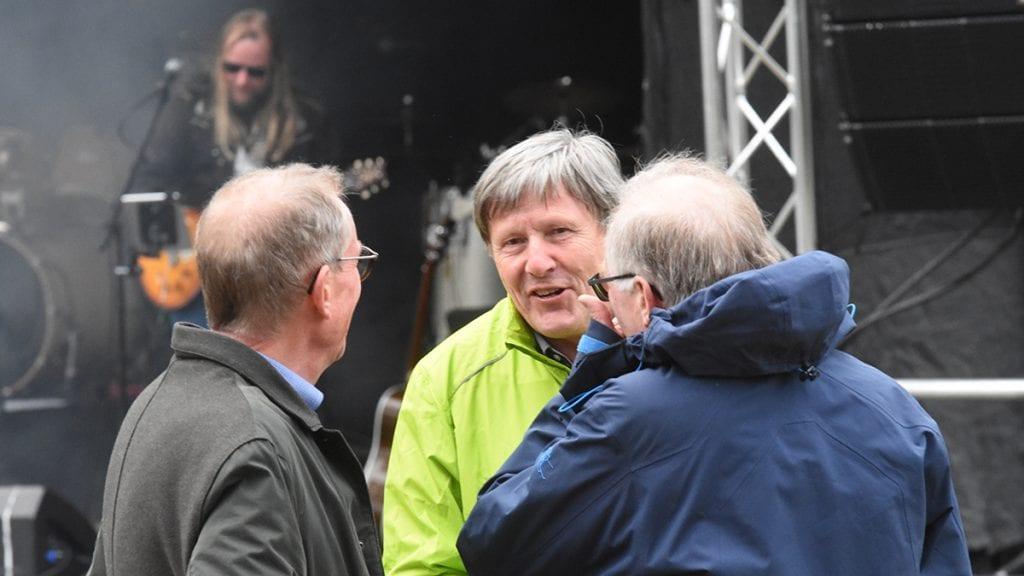 GOD STEMNING UANSETT: Morten Sandbakken (i midten) forteller at han er veldig godt fornøyd med stemningen som var blant de frammøtte på årets spekematfestival. Han er ikke like fornøyd med antall besøkende. Den økonomiske oppsummering er ikke klar søndag ettermiddag. Foto: Jan Kristoffersen