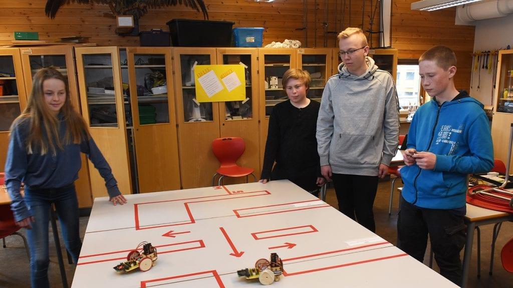 SISTE FINPUSS. Ida Høsøien, Morten Øverby Djupeng, Ole Einar Dalen og Trym Bækkelund Müller (sett fra venstre) gjør seg klar for neste ukes rally på ungdomsskolen. Foto: Jan Kristoffersen