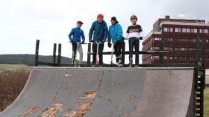 SPARKESYKLER: Det er artig å kjøre sparkesykkel på skaterampa ved Spar, men det er dumt at den er så ødelagt, mener disse fire guttene. Fra venstre: Even Jensen, Linus Brennhaug, Jakob Mælen og Marius Storås. Foto: Anne Skjøtskift