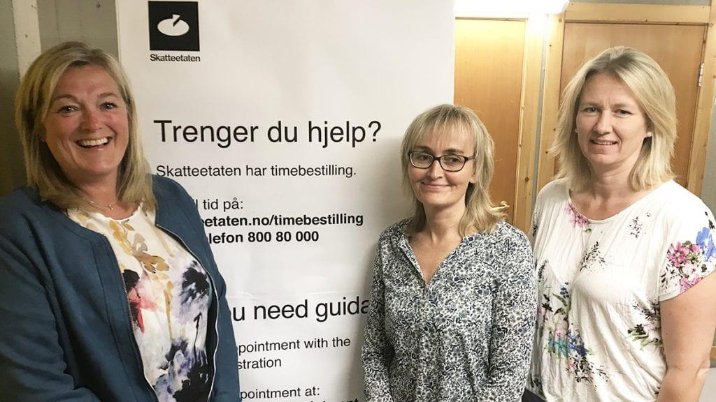 FLERE MEDARBEIDERE: De tillitsvalgte, Marianne T. Kroglund (til venstre) og Unni Trøan Lillebo (i midten) kan fornøyd slå fast at de får flere kolleger med den styrkinga som er på gang av skattekontoret. Ordfører Merete Myhre Moen kaller det en gledens dag. Foto: Jan Kristoffersen