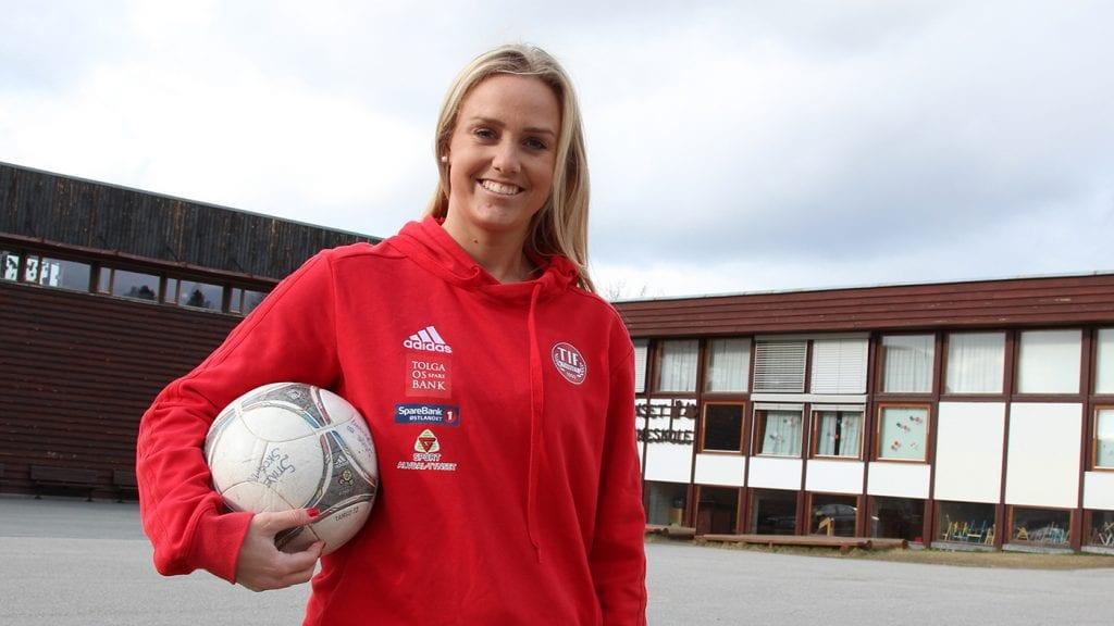 FLYTTER: Stine Skogan tar med seg fotballen og skoleveska og flytter til Oslo i august. - Jeg kommer til å savne både damelaget og barneskola, sier hun. Foto: Anne Skjøtskift