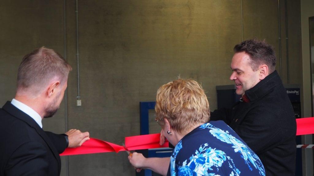 SNORKLIPPING: Trine Skei Grande og Bent Høie fikk æren av å stå for den offisielle åpningen av Norsk Helsearkiv. Foto: Audun Jøstensen Lutnæs