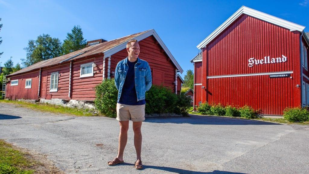 PLANLEGGER BOLIGTUN: Morten Motrøen og Svelland Eiendom har ferdigstilt første trinn i planene for Svelland. Neste trinn blir Snus-bua (til venstre i bildet) flyttet ut av tunet.