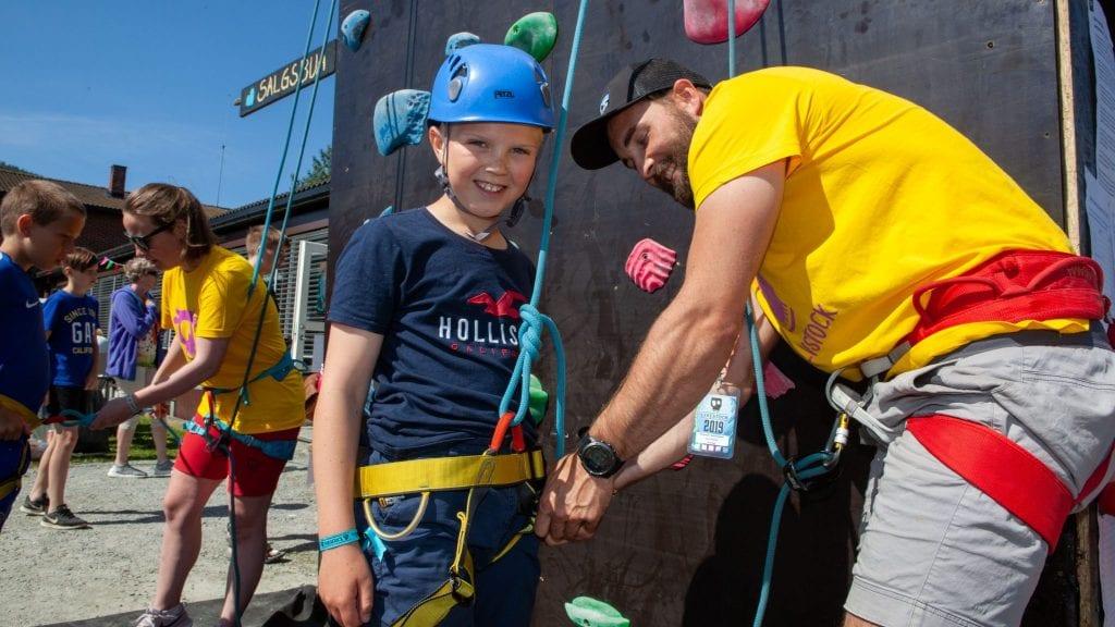 Emil Olsson (11) klatret enkelt opp klatreveggen, og gledet seg til å være med på rafting under Kalvstock på Storsteigen. Foto: Lars Vingelsgård