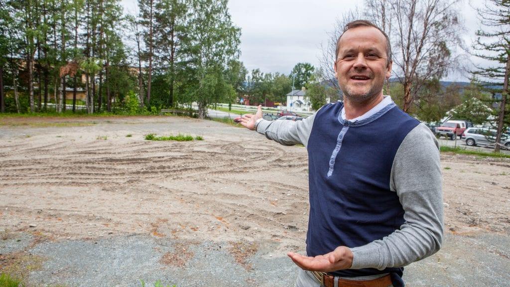 GOD PLASS: Listetopp Marius Krokhaug og Tynset Arbeiderparti mener tomta er egnet til leilighetsbygg tilpasset eldre.