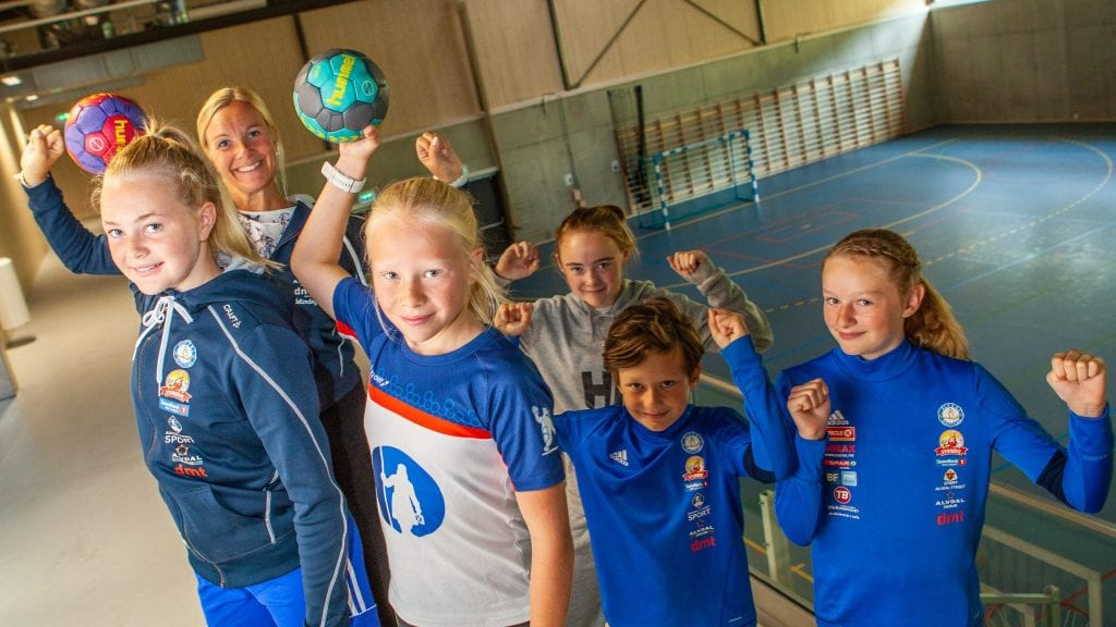 KLARE FOR HÅNDBALLSKOLE: Håndballspillerne fra Alvdal og Tynset vil få proff veiledning og inspirasjon under håndballskolen lørdag i forbindelse med Savalen Cup. Fra venstre: Stine Granrud Follstad (13), Linda Granrud, Maja Kaste Tharaldsteen (11), Anne Stine Furuli (13), Kristian Tostrup Hoel (10) og Katrine Tostrup Hoel (13). Foto: Lars Vingelsgård
