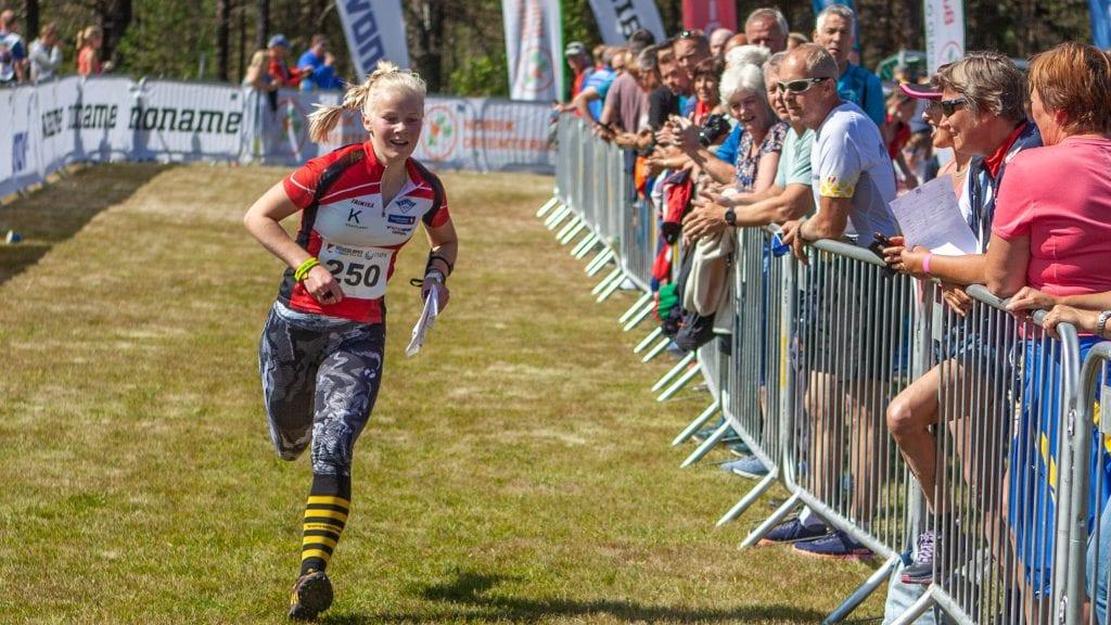 PÅ PALLEN: Mari Svergja fra Kvikne IL løp inn til en sterk tredjeplass i 16-årsklassen under Hovedløpet på Tynset. Foto: Lars Vingelsgård