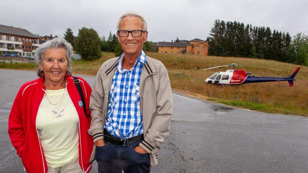 FAMILIE PÅ FLYTUR: Åse og Gunnar Thyness fra Brumunddal spaserte fra helikopteret og bort på Domuskafeen. Foto: Lars Vingelsgård