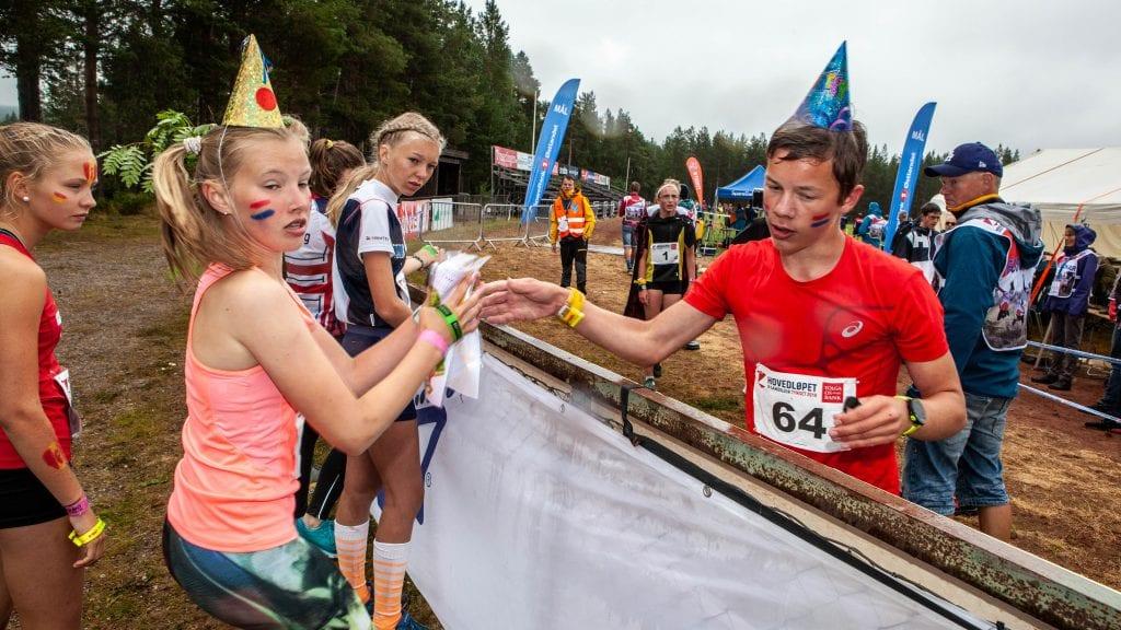 Guro Schjølberg (14) setter ut på siste etappe av krets-stafetten for Sør-Trøndelag etter Vegard Ulseth Sylte fra Trondheim. Foto: Lars Vingelsgård
