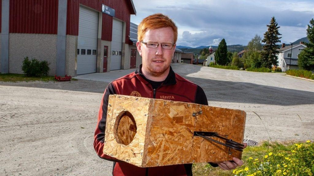 KORREKT MÅRFELLE: Knut Harald Skogli viser frem hvordan ei mårfelle skal være. Montert i ei lukket kasse eller minst to meter over bakken. Foto: Lars Vingelsgård
