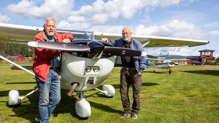 FLY-IN: Svein Ellingvåg (t.v) og Bjørn Fossum i Tynset Flyklubb inviterer til flydag for alle interesserte på Tynset flyplass lørdag. Foto: Lars Vingelsgård