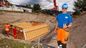 BYGGER BRO: Prosjektleder Roar M. Kolstad i SK-Bygg er godt i gang med å lage ballastklossen som skal holde nye Neby bro på plass. Foto: Lars Vingelsgård