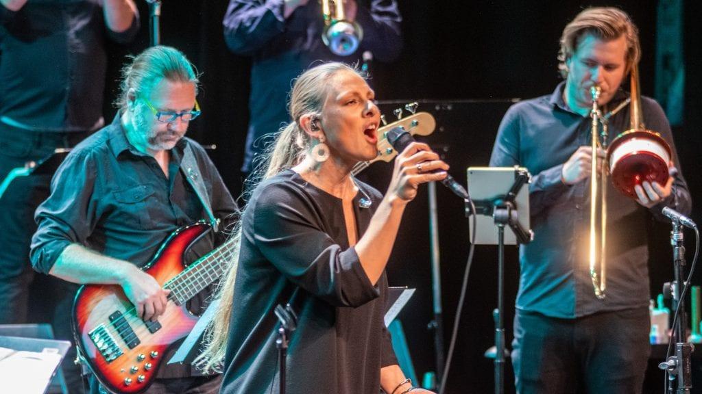 JAZZFESTIVAL: Tynset Jazzklubb satser friskt mot neste års festival. Her er Torun Eriksen og Ensemble Denada fra festivalen i august. Foto: Lars Vingelsgård