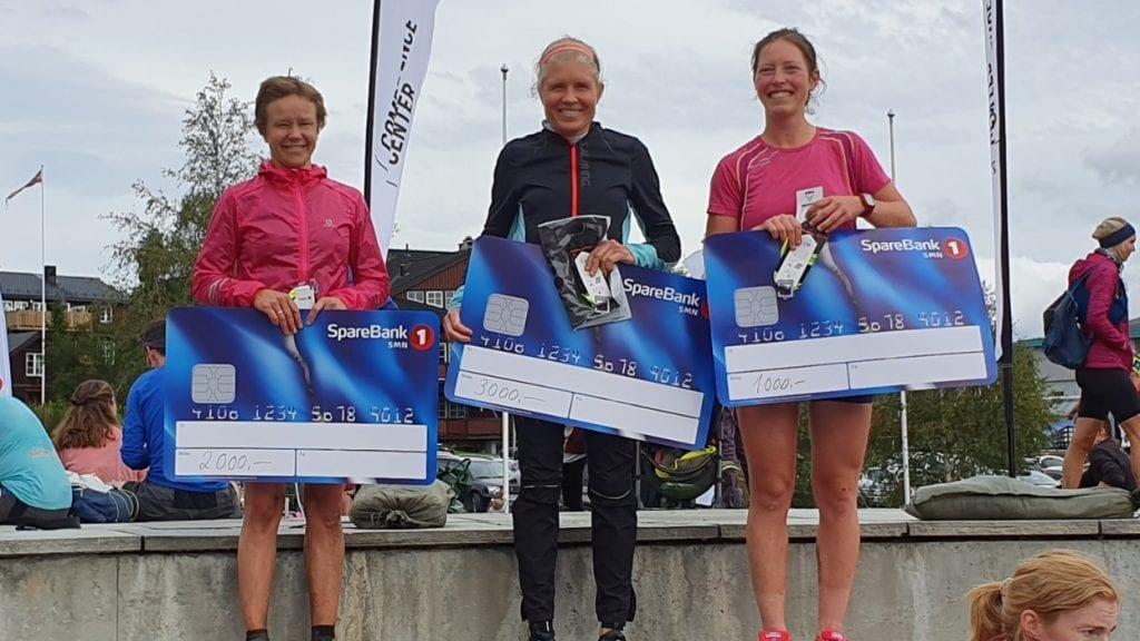 PÅ PALLEN: Berit Nordstad fra Tynset tok andreplassen blant damene i Oppdal Fjellmarathon. Vant gjorde Anne Nevin fra Strindheim, og NTNUIs Ingeborg Røe tok tredjeplassen. Foto: privat