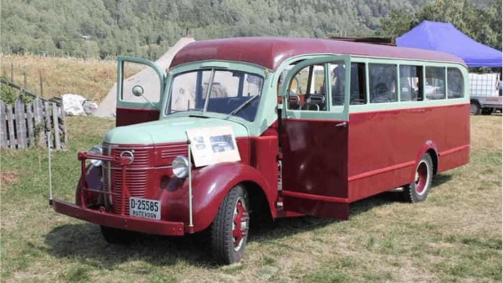 RUND-NÅSÅ: Denne bussen fra 1940-tallet gikk i trafikk i Tylldalen. Nå er den satt i stand av Sjoa Heidal Gammelteknisk forening, og den er en av mange kjøretøy som blir å se i Tylldalen lørdag. Foto: privat