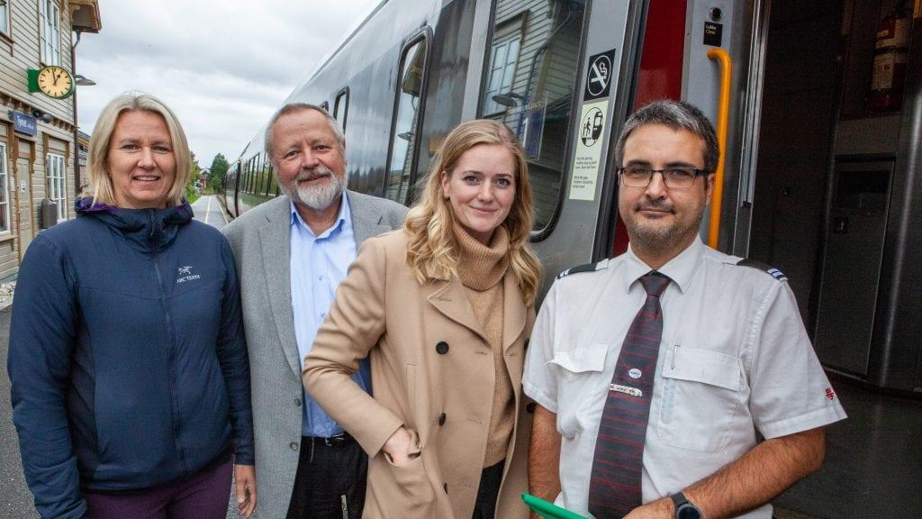 KOM MED TOGET: Stortingsrepresentant Emilie Enger Mehl kom til Tynset for å sette fokus på elektrifisering av jernbanen. Hun ble mødt av Stein Tronsmoen og ordfører Merete Myhre Moen. Foto: Lars Vingelsgård